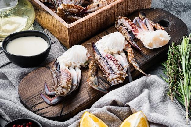 Ensemble de pièces de crabe de fleur cru frais ou de crabe bleu, sur gris