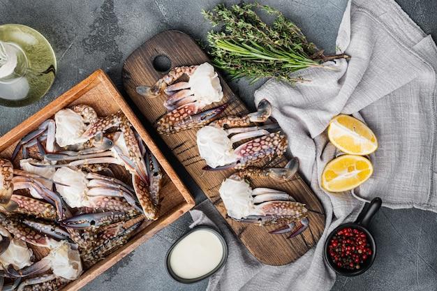 Ensemble de pièces de crabe de natation bleu brut frais océan gourme, sur fond gris, vue de dessus à plat