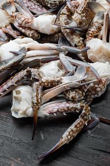 Ensemble de pièces de crabe de natation bleu frais, sur fond de bois foncé