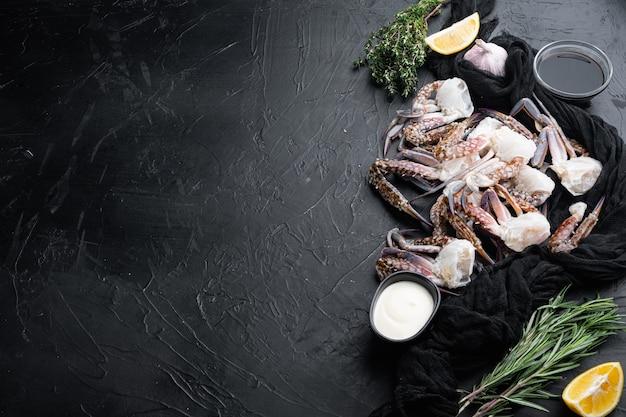 Ensemble de pièces de crabe de natation bleu frais, sur fond noir, avec fond et espace pour le texte