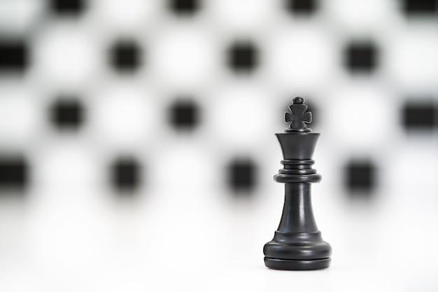 Ensemble de pièces d'échecs noir sur fond blanc