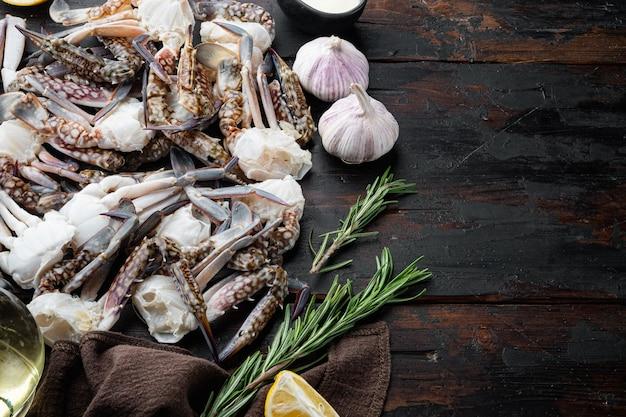 Ensemble de pièces de gourme d'océan de crabe de natation bleu cru frais, sur une table en bois foncé