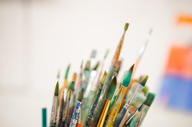 Ensemble de pinceaux aquarelles. flou artistique