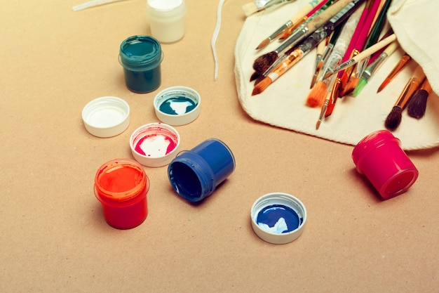 Ensemble de pinceaux d'artiste professionnel d'aquarelle dans un étui fait main et peintures d'aquarelle se bouchent