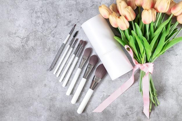 Ensemble de pinceaux de maquillage professionnels à côté de la vue de dessus de la boîte cosmétique