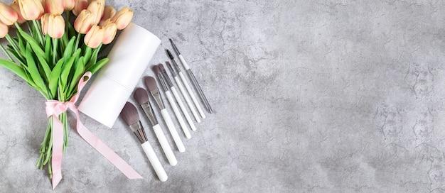 Ensemble de pinceaux de maquillage professionnels à côté de la vue de dessus de la boîte cosmétique.
