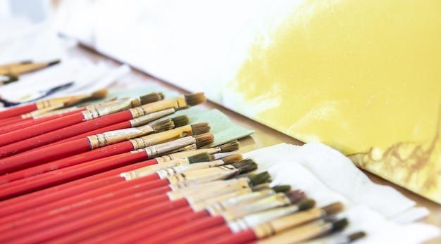 Un ensemble de pinceaux rouges pour peindre en gros plan