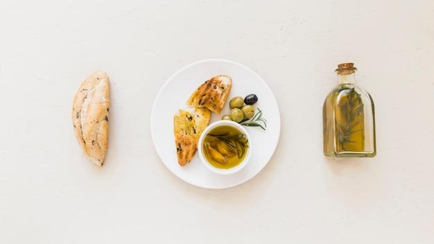 Ensemble de plaque avec de l'huile de pain et des olives