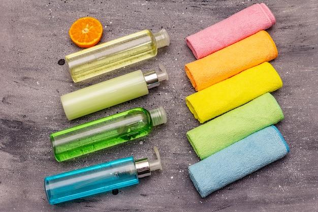 Ensemble de plumeaux colorés et produit de nettoyage domestique, désinfection domestique en quarantaine