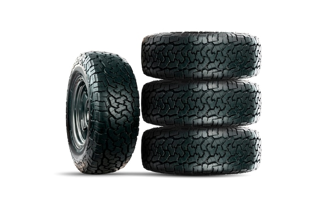 Ensemble de pneus de voiture à 4 roues conçus pour être utilisés dans toutes les conditions routières isolés sur fond blanc.