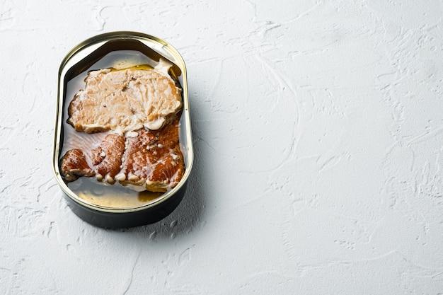 Ensemble de poisson fumé en conserve de saumon rose sauvage, en boîte de conserve, sur fond blanc, avec fond et espace pour le texte
