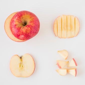 Ensemble de pommes coupées en différentes tranches isolés sur fond blanc