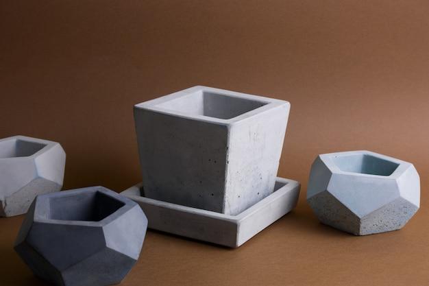 Ensemble de pots en béton, élément branché de la décoration intérieure moderne