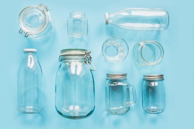 Ensemble de pots sur bleu pour stockage sans déchets et shopping.