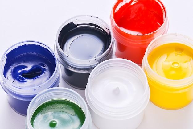 Ensemble de pots de peinture artistique ouvert, gros plan