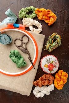 Ensemble pour broderie, cerceau à broder, tissu en lin, fil, ciseaux, lit à aiguilles brodé