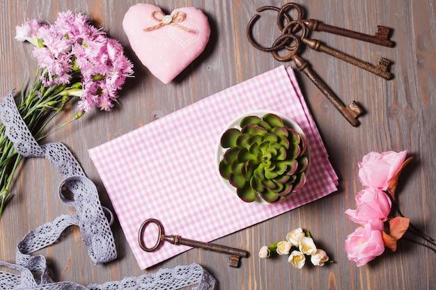 Ensemble pour fait main - vieilles clés, fleurs, tissu, dentelle et étiquette vide