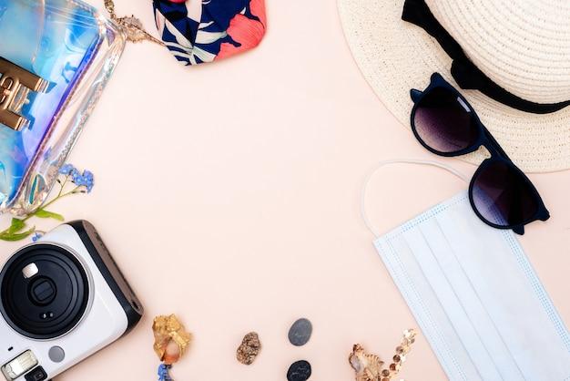 Ensemble pour femmes de jouets pour adultes, appareil photo, chapeau, lunettes, masque de protection et gants sur une surface légère. espace pour votre texte