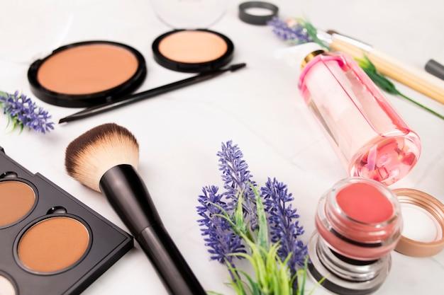 Un ensemble pour le maquillage des yeux et des visages des femmes, des pinceaux, de la poudre et des ombres, une base de maquillage.