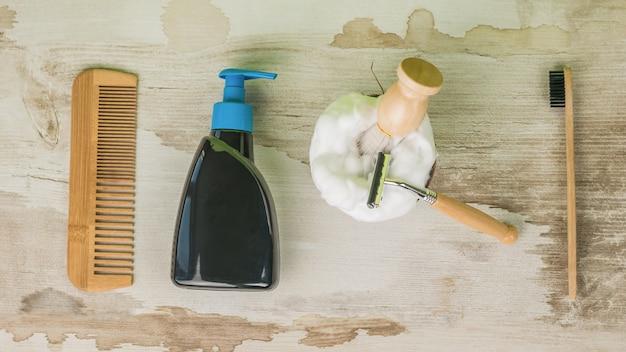 Un ensemble pour se laver, se raser et se brosser les dents. mise à plat.