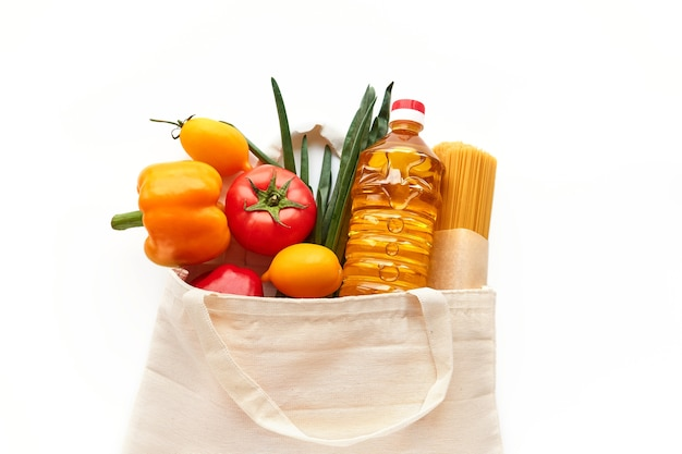 Un ensemble de produits alimentaires dans un sac en tissu, à acheter au supermarché.