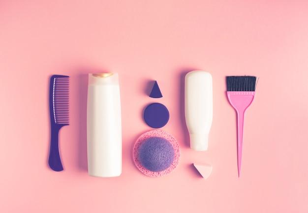 Un ensemble de produits cosmétiques et d'articles pour le soin du corps et des cheveux