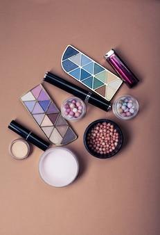 Ensemble de produits cosmétiques décoratifs sur la couleur de la lumière