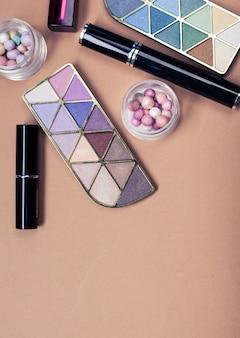 Ensemble de produits cosmétiques décoratifs sur fond de couleur claire