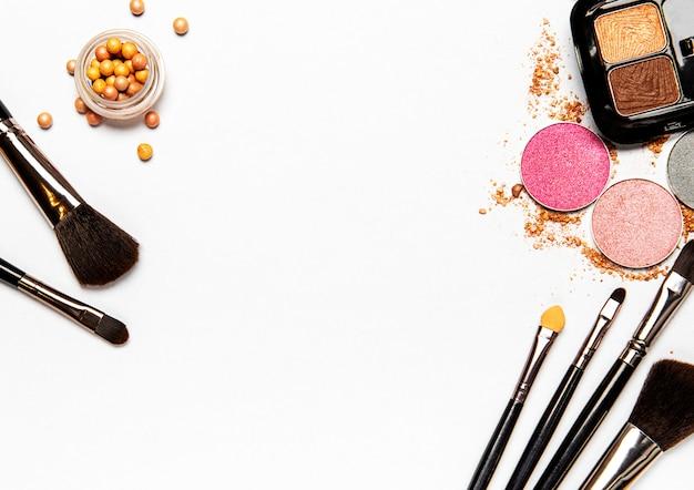 Ensemble de produits cosmétiques décoratifs, produits de maquillage sur fond blanc, vue de dessus