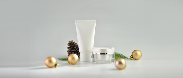 Ensemble de produits cosmétiques sur fond blanc. collection de maquette de paquet cosmétique