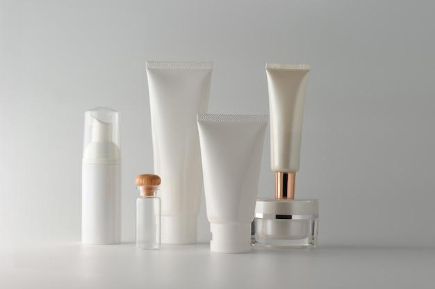 Ensemble de produits cosmétiques sur fond blanc. etiquette vierge cosmétique pour la maquette de la marque.