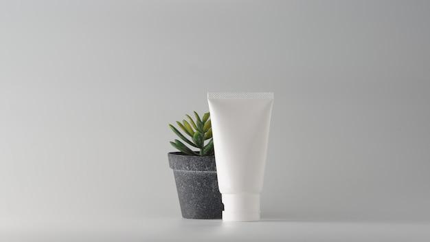 Ensemble de produits cosmétiques sur fond blanc.