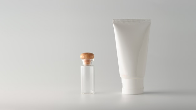 Ensemble de produits cosmétiques sur un fond de couleur.