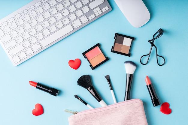 Ensemble de produits cosmétiques maquillage avec sac sur la vue de dessus