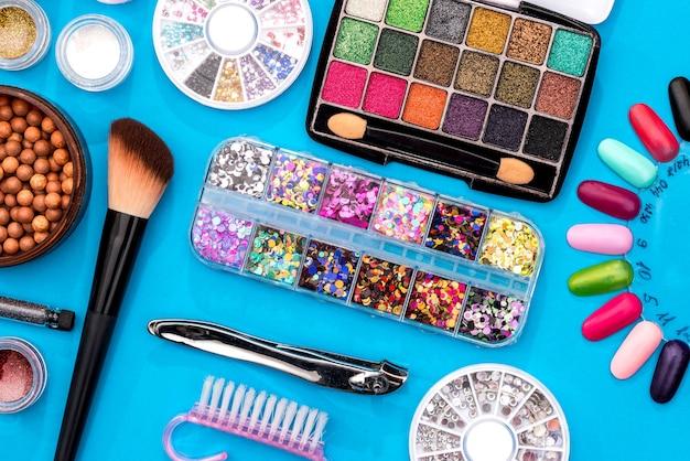 Un ensemble de produits cosmétiques pour le visage et les ongles - gros plan