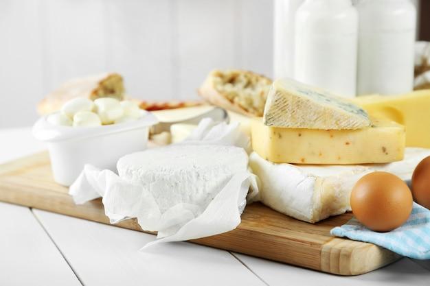 Ensemble de produits laitiers frais sur table en bois blanc