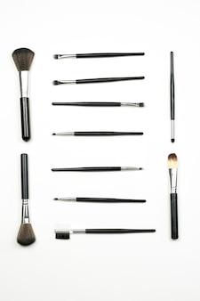 Ensemble de produits de maquillage et outils. ensemble de pinceaux de maquillage de différentes tailles sur blanc