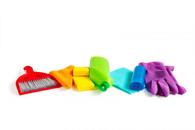 Ensemble de produits de nettoyage de couleurs arc-en-ciel isolé sur blanc
