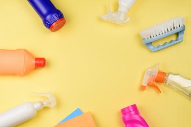 Ensemble de produits de nettoyage sur fond jaune. concept de nettoyage et de désinfection.