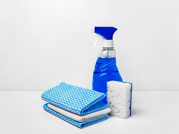 Un ensemble de produits de nettoyage pour nettoyer la maison et laver les vitres.