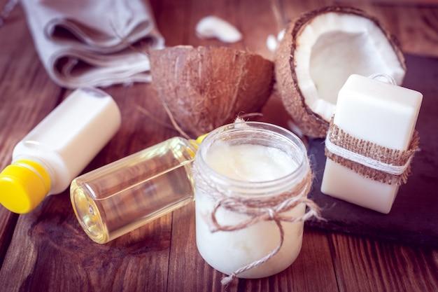 Ensemble de produits à la noix de coco pour le soin des cheveux et du corps
