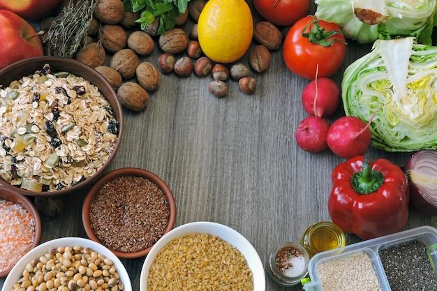 Ensemble de produits pour un régime végétalien. fruits, légumes, graines, céréales, noix.