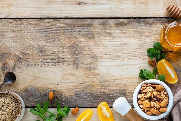 Ensemble de produits pour stimuler le système immunitaire. miel, citron, noix, gingembre pour stimuler l'immunité. vue de dessus. espace copie