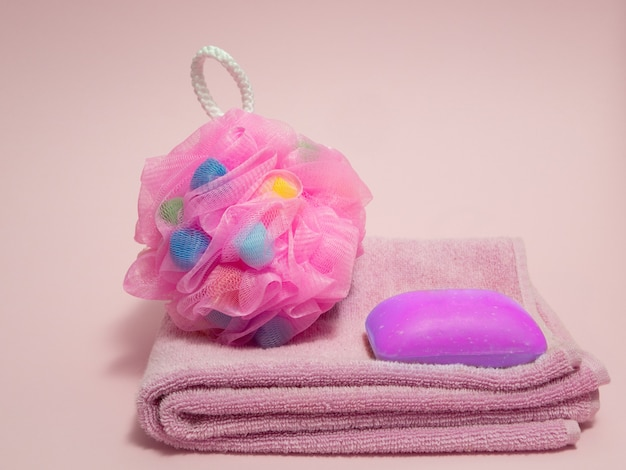 Ensemble de produits de spa de douche pour les filles. serviette rose, éponge colorée, savon à l'extrait de lavande