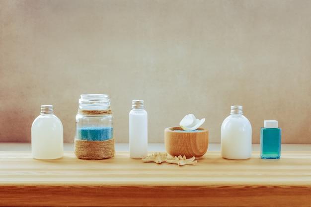 Un ensemble de produits spa sur une étagère en bois