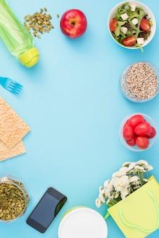 Un ensemble de produits utiles, tomates cerises, pommes fruits graines vaisselle en plastique