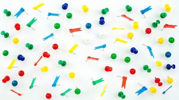 Ensemble de punaises de couleur colorée punaises. vue de dessus isolé sur fond blanc