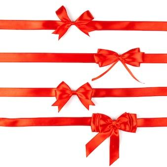 Ensemble de quatre noeuds de satin ruban rouge isolé sur blanc