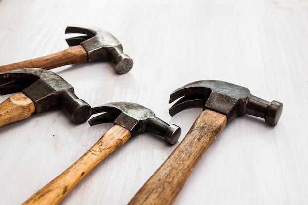 Ensemble de quatre outils de marteau vieux tête en acier vintage sur le fond de plancher en bois