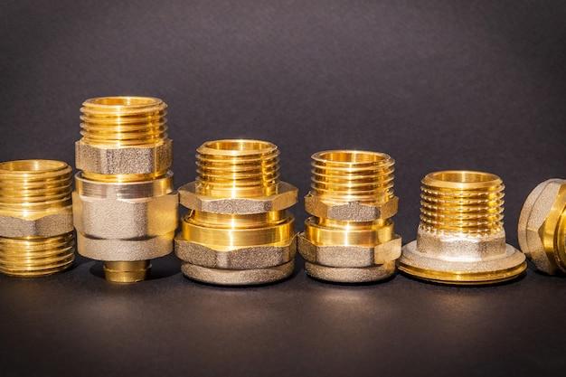 Un ensemble de raccords en laiton est souvent utilisé pour les installations d'eau et de gaz